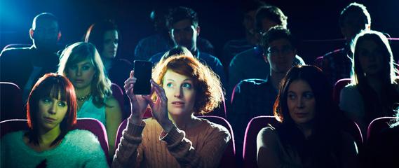 Ir ao cinema: uma prova de resistência contra a falta de educação e respeito - Plano Aberto