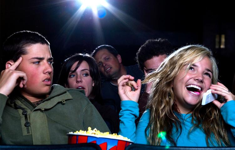 Ir ao cinema: uma prova de resistência contra a falta de educação e respeito