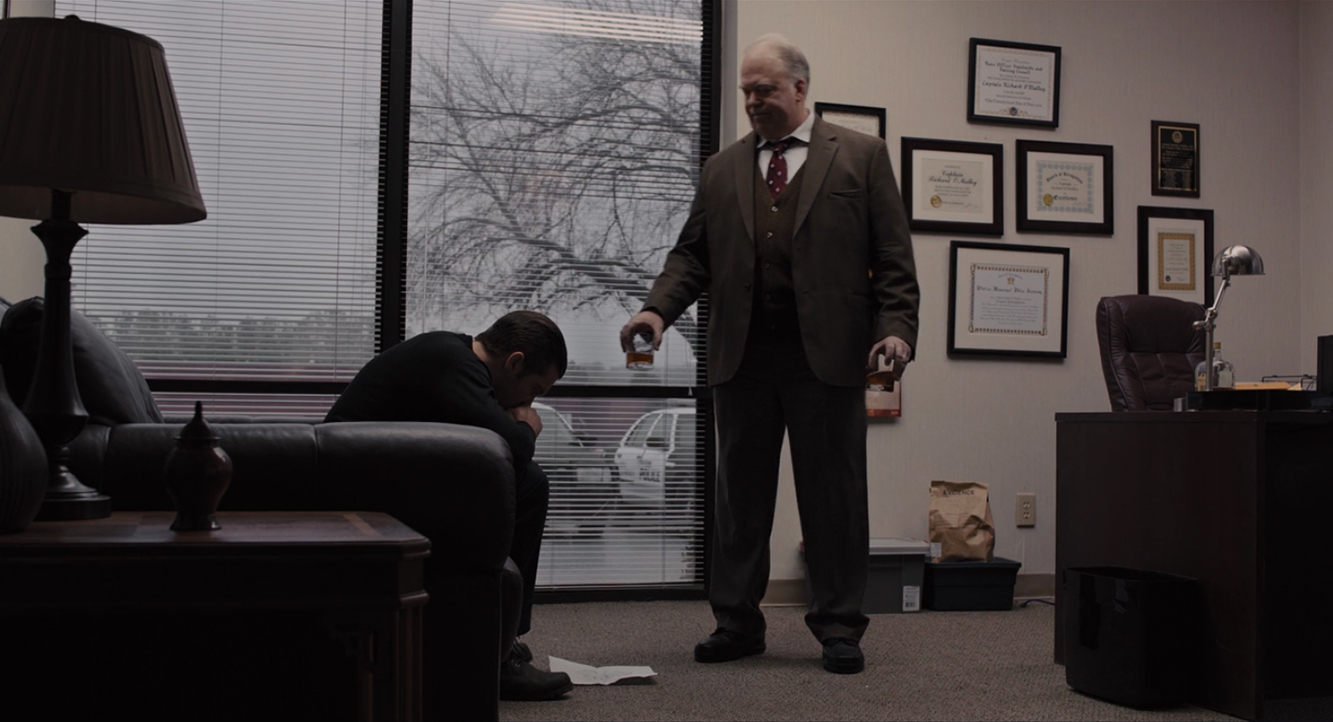 Loki e o chefe do departamento de polícia discutem o sequestro de Anna e Joy