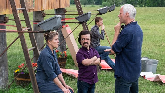 """Martin McDonagh dirige Frances McDormand e Peter Dinklage em cena de """"Três Anúncios Para Um Crime""""."""