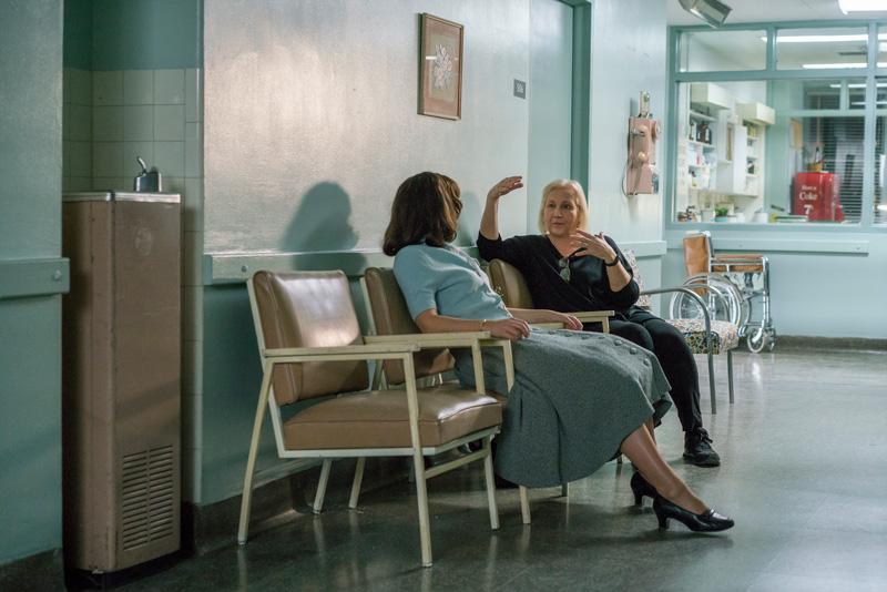 A diretora Mimi Leder conversa com Felicity Jones no set do filme.
